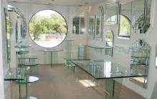 Атмосфера легкости и прозрачности – мебель из стекла, натурального дерева и хрома.